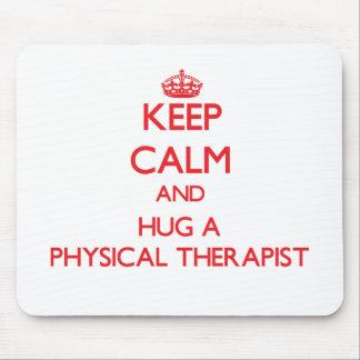 Guarde la calma y abrace a un terapeuta físico tapetes de ratón
