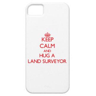 Guarde la calma y abrace a un topógrafo de la tier iPhone 5 Case-Mate funda