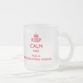 Guarde la calma y abrace a un trabajador de las re tazas de café