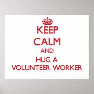 Guarde la calma y abrace a un trabajador voluntari póster