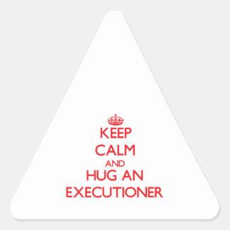 Guarde la calma y abrace a un verdugo pegatinas de triangulo personalizadas