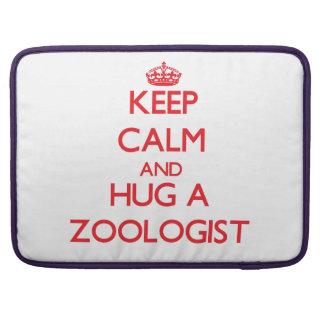 Guarde la calma y abrace a un zoologista funda macbook pro