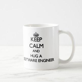Guarde la calma y abrace a una Software Engineer Taza Clásica