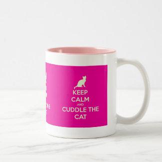 Guarde la calma y abrace el gato taza de café