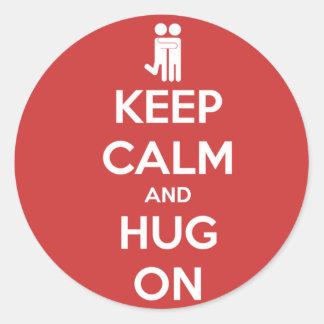 Guarde la calma y abrace encendido - a los pegatinas redondas
