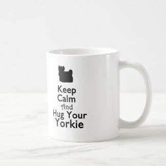 Guarde la calma y abrace su taza de Yorkie