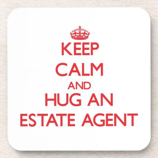 Guarde la calma y abrace un agente de la propiedad posavasos