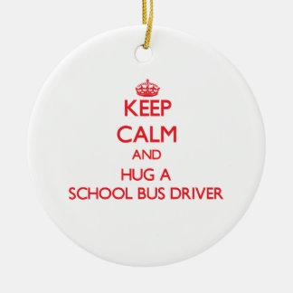 Guarde la calma y abrace un conductor del autobús adorno navideño redondo de cerámica