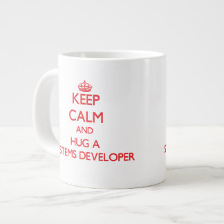 Guarde la calma y abrace un desarrollador de los s taza grande