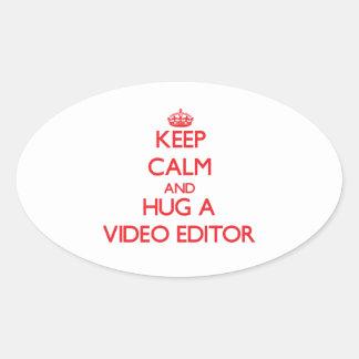 Guarde la calma y abrace un editor de vídeo pegatina de óval