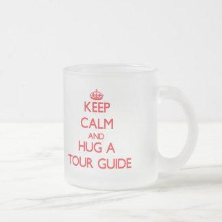 Guarde la calma y abrace un guía turístico taza