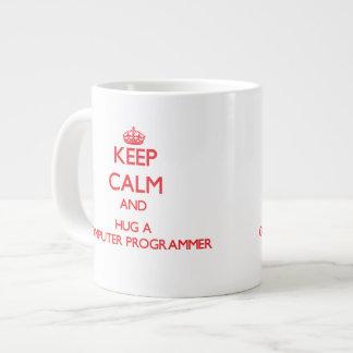 Guarde la calma y abrace un informático taza extra grande