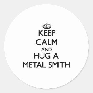 Guarde la calma y abrace un metal Smith Pegatina Redonda