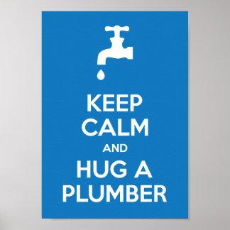 Guarde la calma y abrace un poster del fontanero A
