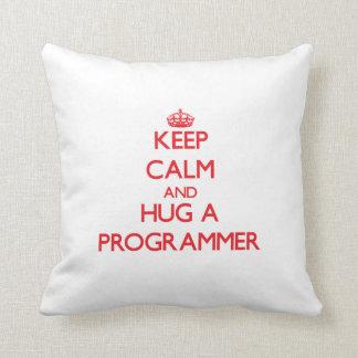 Guarde la calma y abrace un programador almohadas