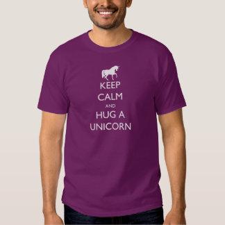 Guarde la calma y abrace un unicornio playera