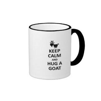 Guarde la calma y abrace una cabra taza a dos colores