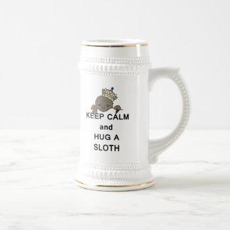 Guarde la calma y abrace una pereza con la corona  taza de café