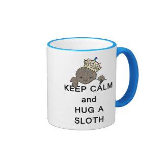 Guarde la calma y abrace una pereza con la corona  tazas de café