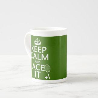 Guarde la calma y Ace la (el tenis) (en cualquier  Taza De Porcelana