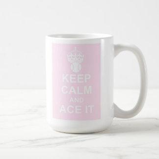 Guarde la calma y Ace la taza en rosa
