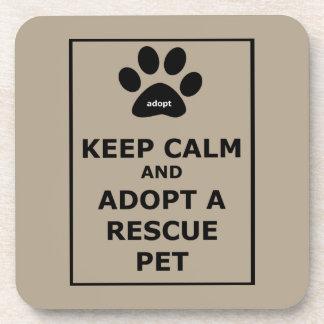 Guarde la calma y adopte a un mascota del rescate posavasos de bebida