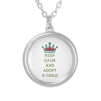 Guarde la calma y adopte a un niño colgante redondo