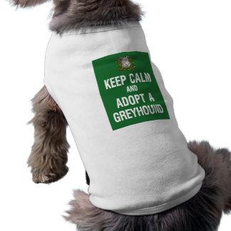 Guarde la calma y adopte un galgo camiseta de mascota