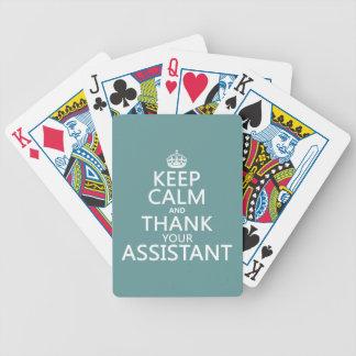 Guarde la calma y agradezca a su ayudante - en cua baraja de cartas