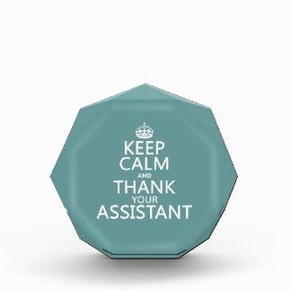 Guarde la calma y agradezca a su ayudante - en cua