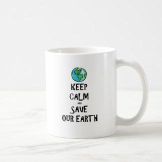 Guarde la calma y ahorre nuestra tierra taza de café