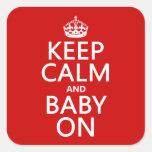 Guarde la calma y al bebé en (en cualquier color) calcomanía cuadradas personalizadas