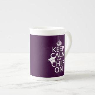 Guarde la calma y al cocinero en (el personalizabl taza de porcelana