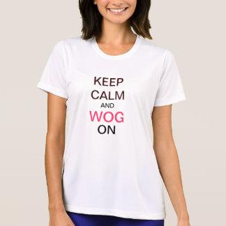 Guarde la calma y al extranjero encendido camiseta