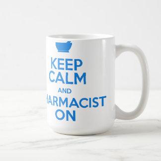 Guarde la calma y al farmacéutico en la taza