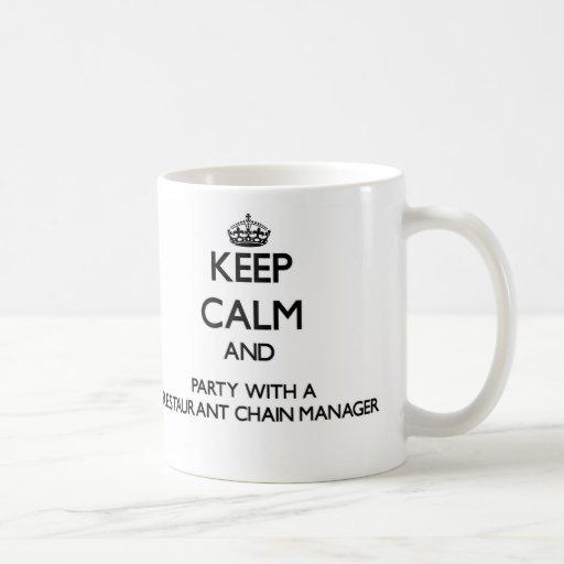 Guarde la calma y al fiesta con una cadena de rest taza