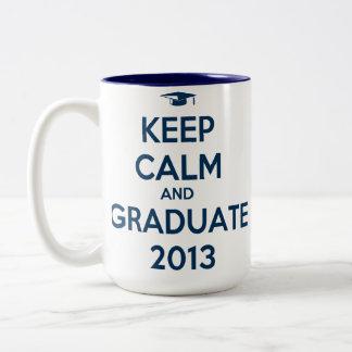Guarde la calma y al graduado 2013 taza dos tonos