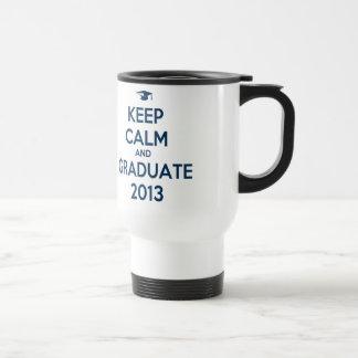 Guarde la calma y al graduado 2013 taza de viaje