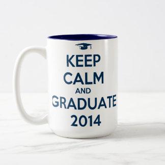 Guarde la calma y al graduado 2014 taza de dos tonos