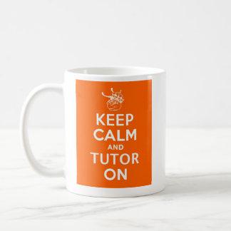 Guarde la calma y al profesor particular encendido taza clásica