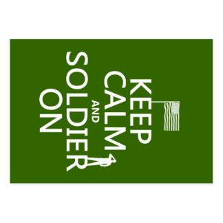 Guarde la calma y al soldado en (bandera) de los E Tarjeta De Visita