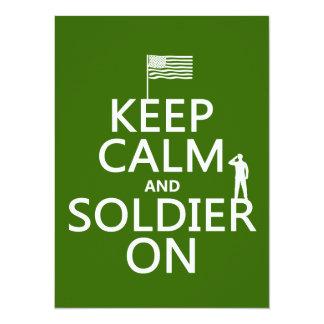 """Guarde la calma y al soldado en (bandera) de los invitación 5.5"""" x 7.5"""""""