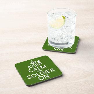 Guarde la calma y al soldado en (cualquier color d posavasos de bebida