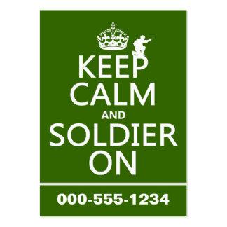 Guarde la calma y al soldado en (cualquier color d tarjetas de visita grandes