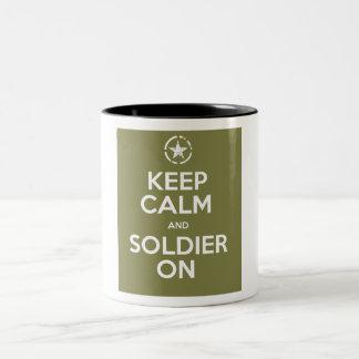 Guarde la calma y al soldado en la taza