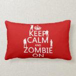 Guarde la calma y al zombi en (en cualquier color) cojin