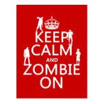 Guarde la calma y al zombi en (en cualquier color) postal