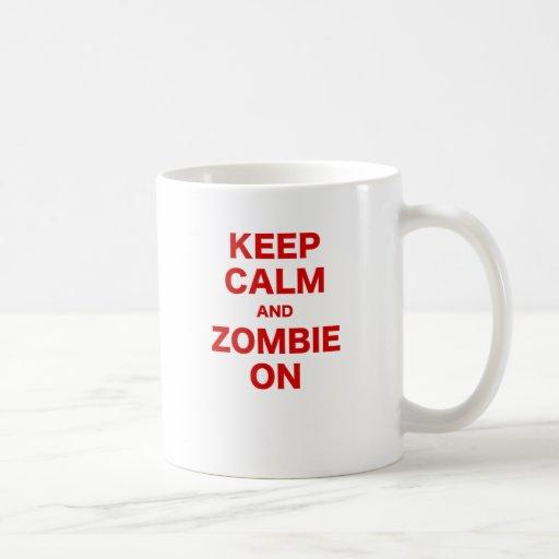 Guarde la calma y al zombi encendido tazas de café