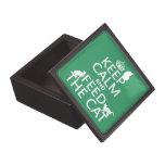 Guarde la calma y alimente el gato caja de recuerdo de calidad