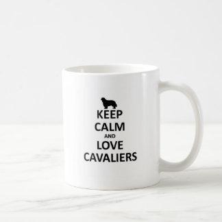 Guarde la calma y ame a los cavaliers taza